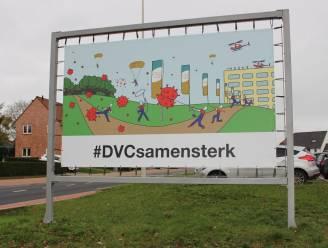 Opvallende coronabanner zet medewerkers DVC Heilig Hart in de kijker