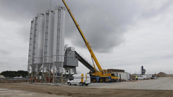 Eerste betoncentrale voor de Nieuwe Sluis aan de Zeevaartweg bij Terneuzen.