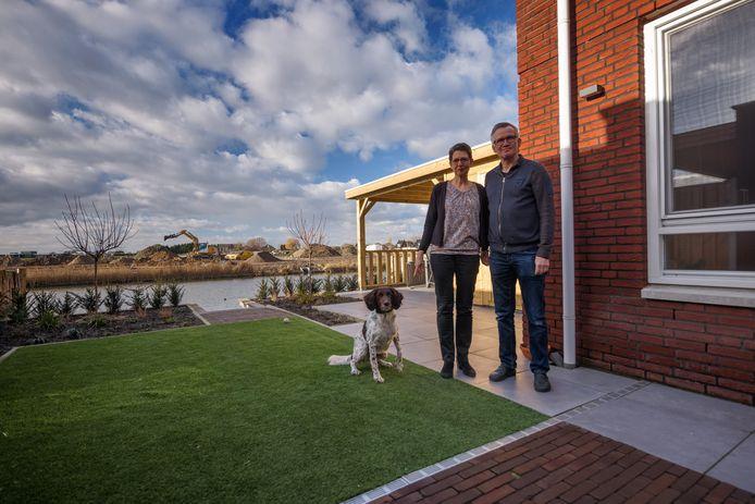 Er wordt wel gebouwd in de gemeente Moerdijk, zoals in Bosselaar Zuid in Zevenbergen. Angela en Marcel Rindt wonen er met hun hond Cera naar volle tevredenheid. De gemeenteraad dringt aan op nog meer woningbouw en vooral ook op meer spoed.