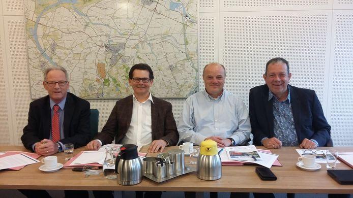 Michel Lambers (Volkspartij), formateur René Mol, Maurice Remery (Gewoon Lokaal!), Jeroen Weerdenburg (CDA) voor de ondertekening van het nieuwe coalitieakkoord 'Aan de slag!'.