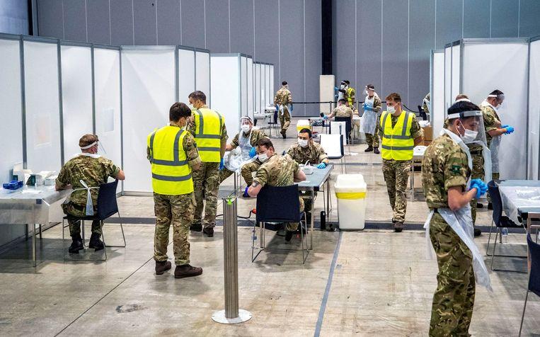 In Groot-Brittannië testen ze al massaal in bepaalde regio's, hier helpen soldaten in Liverpool. Beeld REUTERS