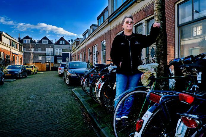 Mariet Marico in Hof de Vriendschap in Dordrecht. Sinds de straat geen particulier bezit meer is zijn er veel dingen fout gegaan, stellen bewoners.