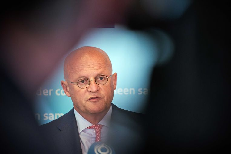 Minister van Justitie en Veiligheid Ferdinand Grapperhaus waarschuwde op een ingelaste persconferentie dat Nederlanders zich aan de coronamaatregelen moeten houden.  Beeld ANP