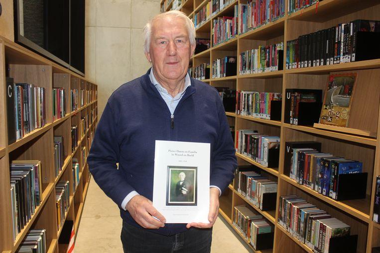 Hendrik Strijpens met zijn nieuw boek.