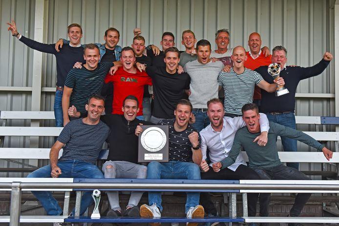 Moerse Boys viert het winnen van de BN DeStemVoetbalaward voor beste team.