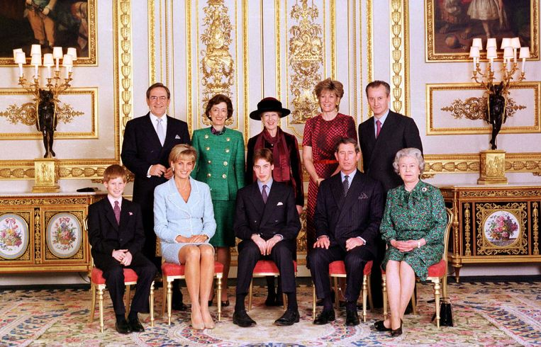 WINDSOR, UNITED KINGDOM - MARCH 09:  The Official Portrait Of The Royal Family On The Day Of Prince William's Confirmation At Windsor Castle. Photo  Taken In The White Drawing Room. Left To Right Front - Prince Harry, Princess Diana, Prince William, Prince Charles, Queen. Left To Right Back - King Constantine, Lady Susan Hussey, Princess Alexandra, Duchess Of Westminster (Natalia Grosvenor) And Lord Romsey  (Photo by Tim Graham Picture Library/Getty Images) Beeld Tim Graham Photo Library via Get