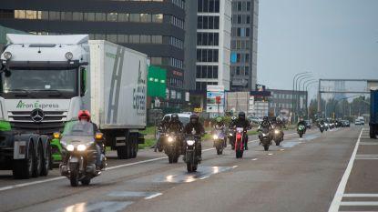 """Vrienden en familie eren verongelukte Arne (20): """"Wij motorrijders willen gezien worden op de baan"""""""