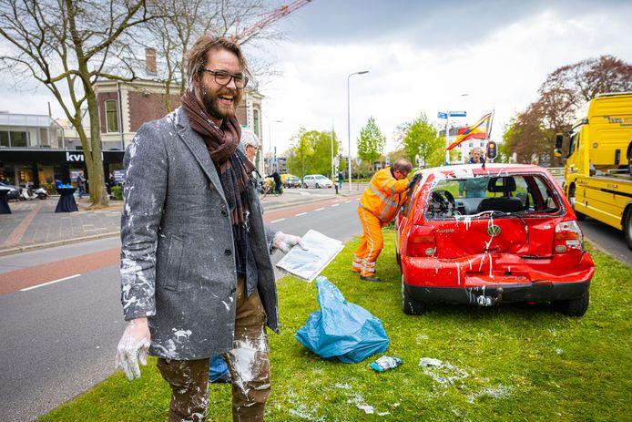 Bernjan Aalberts (28) kwam bij een kop-staartbotsing op de Burgemeester Drijbersingel in Zwolle onder de witte latexverf te zitten. In plaats van op de muren van zijn appartement, eindigde de verf overal in zijn auto.