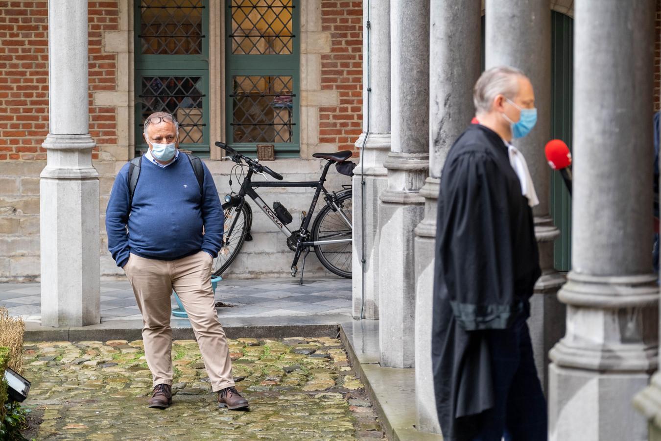 """Marc Van Ranst verschijnt voor de rechter in Mechelen na een klacht wegens """"roekeloze uitspraken"""". Hij is een aandacht toeschouwer bij het interview van meester Walter Damen aan vtm"""