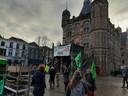 Veel vlaggen van Extinction Rebellion bij het klimaatprotest.