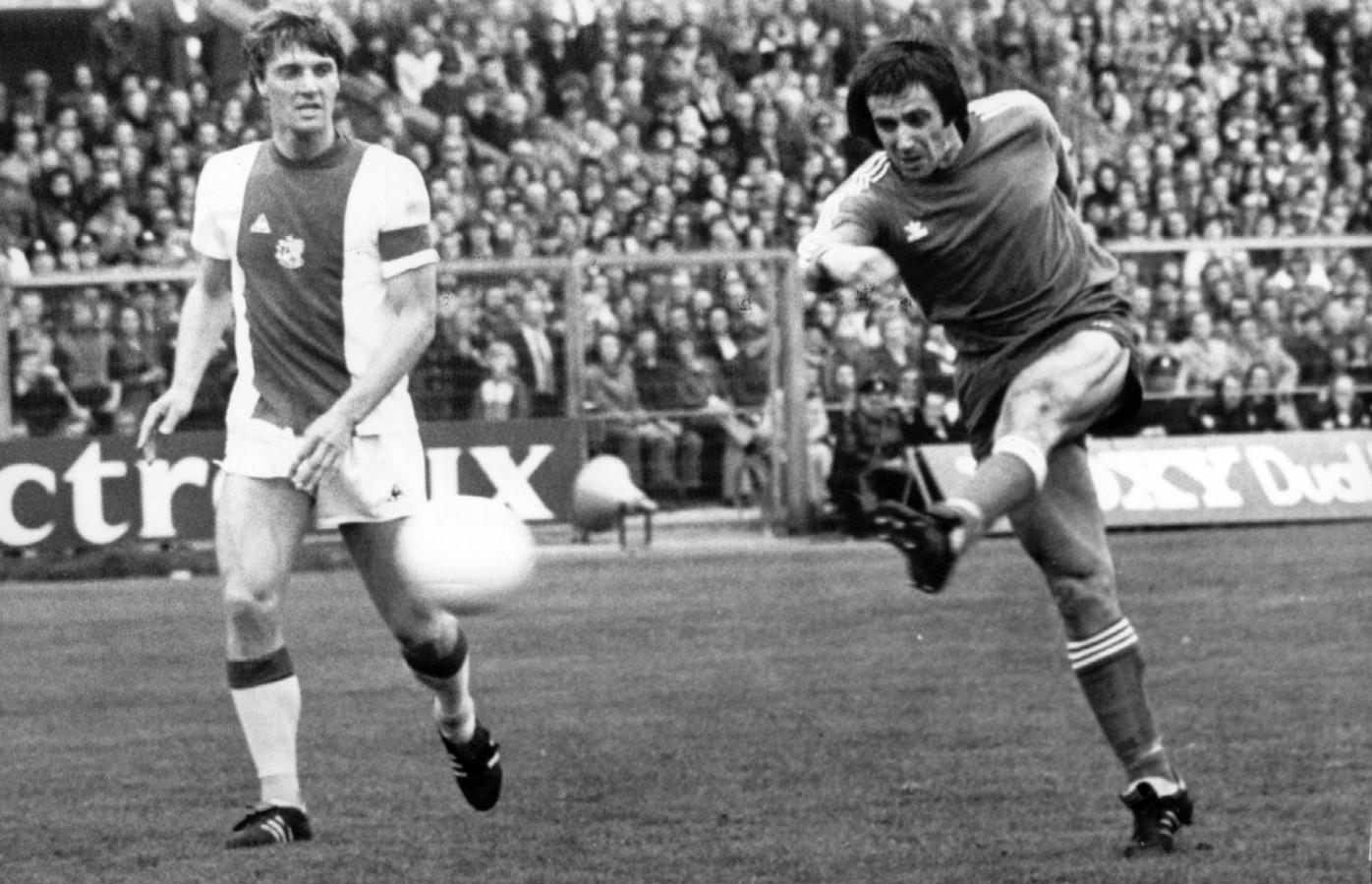 Willy van der Kuijlen met zijn handelsmerk: een verwoestend én doeltreffend schot, zoals tegen het Ajax van Ruud Krol.