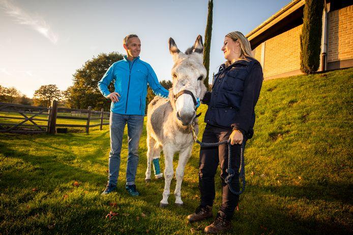 De ezelin werd door dokter Tom Mariën (links) geopereerd in zijn paardenkliniek Equitom.
