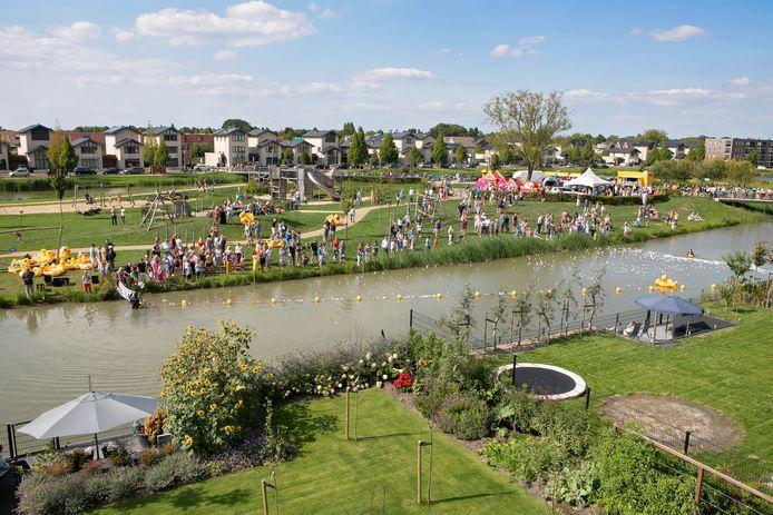 Het Pareiland in Zaltbommel tijdens een van de activiteiten: de eendjesrace.