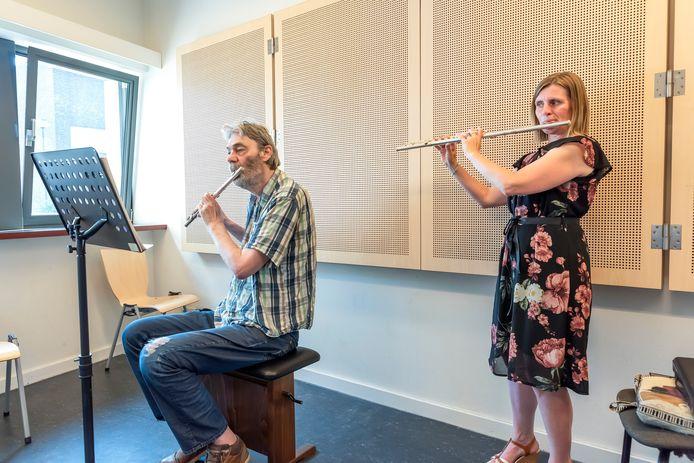 Wendy Bellens geeft muziekles aan Willem Noppe.