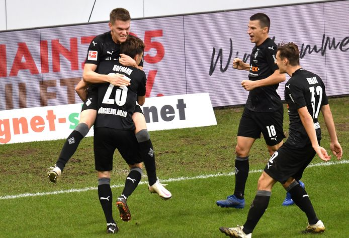 Matthias Ginter springt Jonas Hofmann na de 2-3 in de armen. Hij voorkwam een uitglijder van Gladbach bij Mainz.