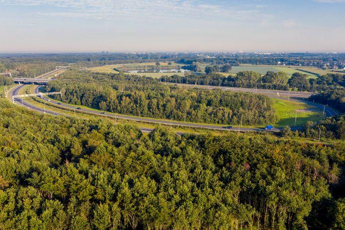 De groene velden in de oksel van de A58 (rechtsboven), nu nog groene buffer tussen het dorp Bavel en de snelweg, straks misschien bedrijventerrein? Het dorp komt tegen dit Bredase plan in opstand.