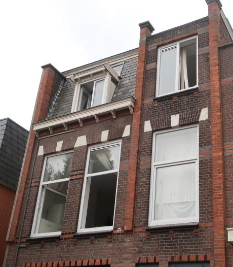 Brandweer redt persoon van balkon bij woningbrand