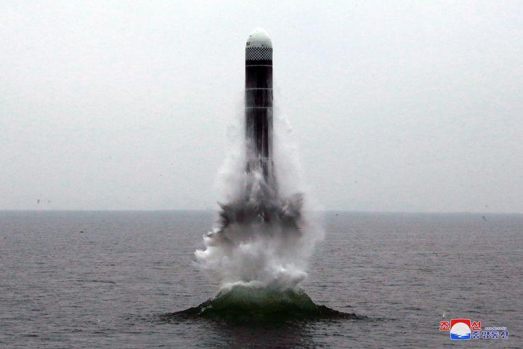 De lancering van de Pukguksong-3, raket vanaf een onderzeeër. Beeld EPA