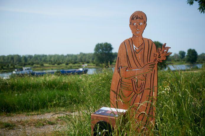 Het beeld van een romein op de Marense Dijk te Maren Kessel.