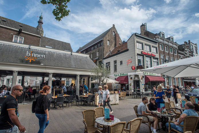 breda-foto : ron magielse visafslag bij de haven omringt door terassen van restaurant binnen en cafe de huiskamer