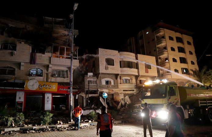 De brandweer probeert de schade te beperken aan met Israëlische raketten bestookte appartementsgebouwen in Gaza.