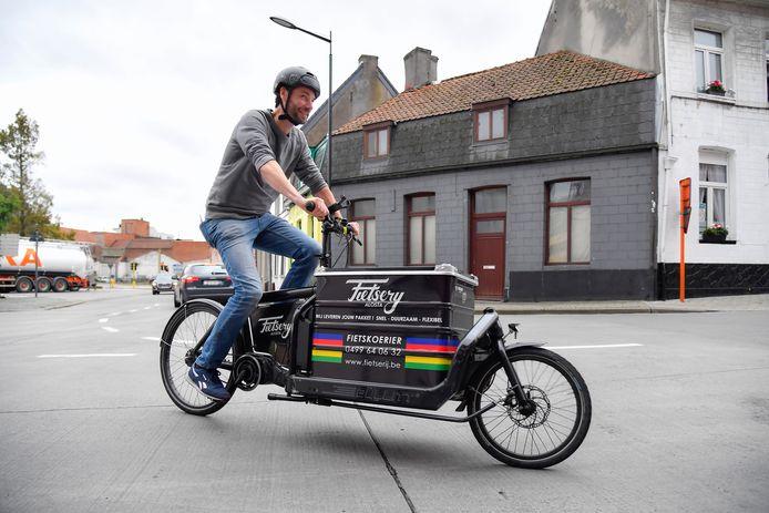Een fietser in de Alfred Nichelsstraat in Aalst.