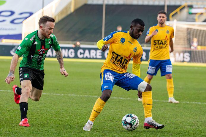 Aboubakary Koita aan de bal tijdens Cercle Brugge - Waasland Beveren.