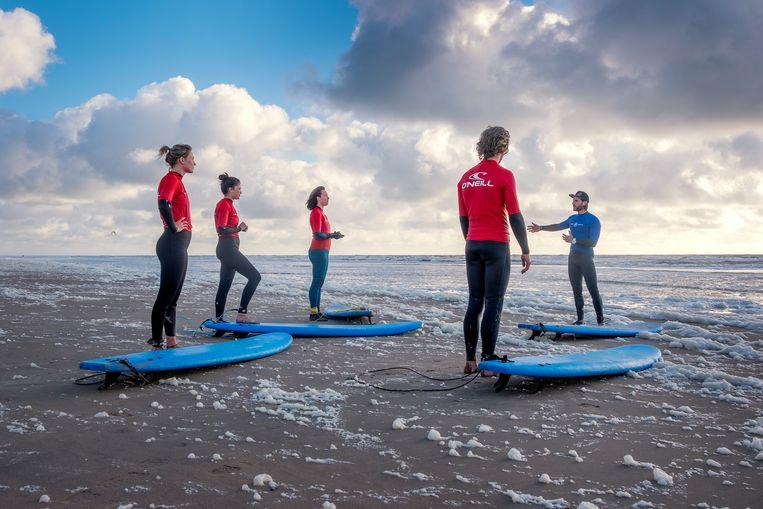 Instructies voor de golfsurfers op het Zandvoortse strand. Beeld Patrick Post