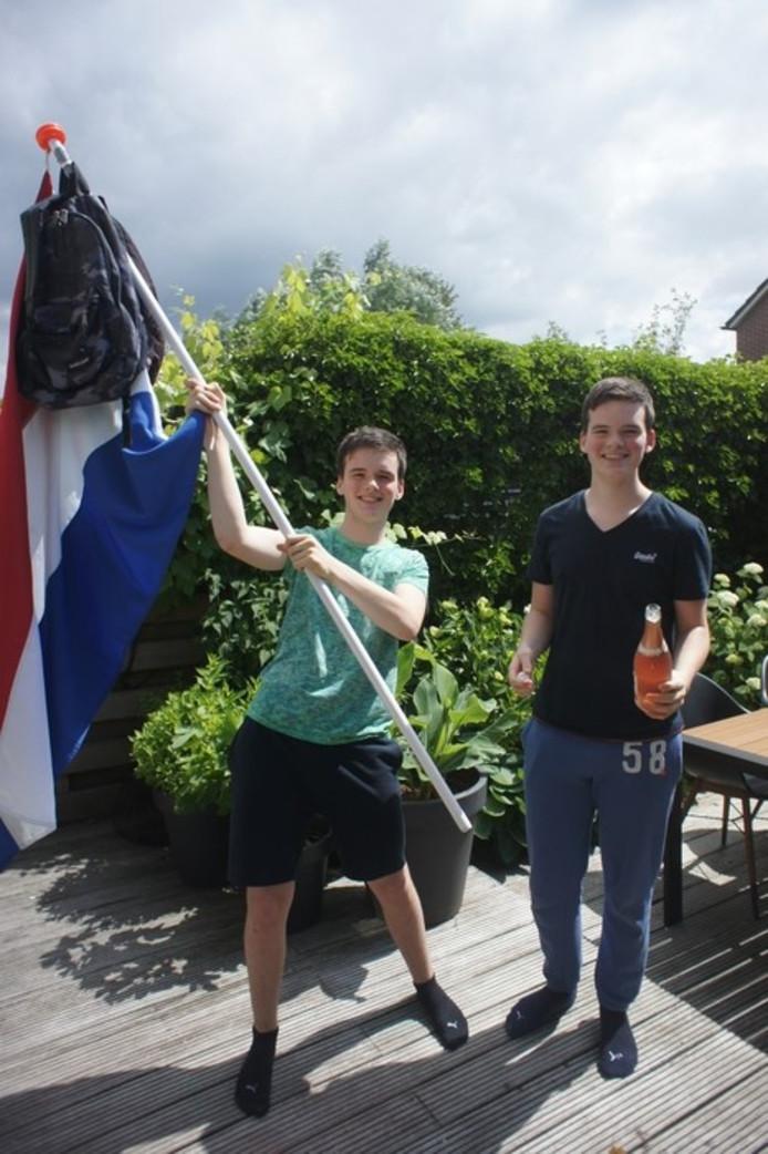 Koen en Daan de Groot uit Zegveld zijn geslaagd voor hun vmbo-t. Dubbel feest dus!.
