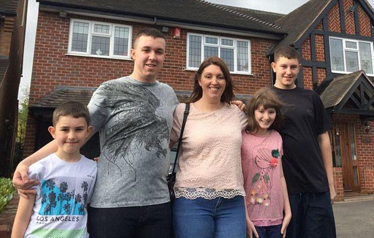 Claire Lee met haar vier kinderen