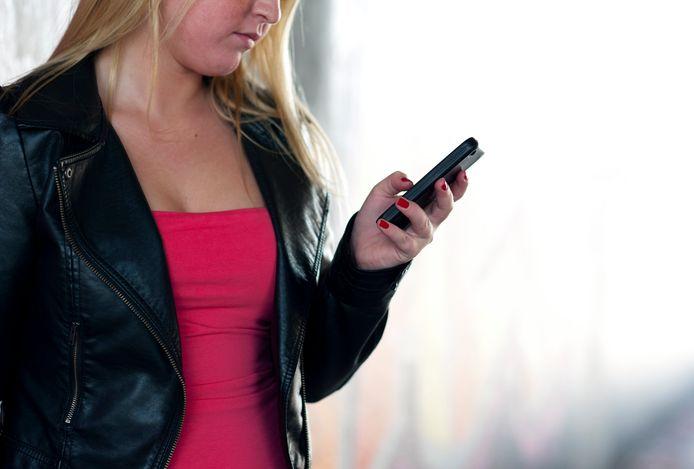 De Consumentenbond en ConsumentenClaim hebben met de providers KPN, Tele2, T-Mobile en Vodafone een overeenstemming bereikt over de tegemoetkomingsregeling voor consumenten waarbij de prijs van het toestel niet afzonderlijk vermeld stond in het contract. Dat meldt vaknieuwssite Emerce.