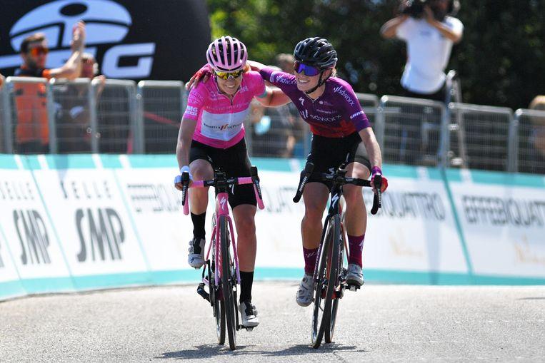 Anna van der Breggen en Demi Vollering in de Giro van deze zomer. Beeld Getty Images