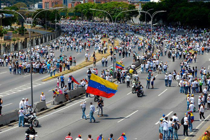 Supporters van Juan Guaido komen de straat op in Caracas.