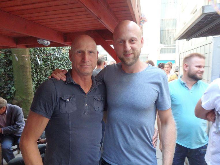 Collega Tom van den Busken zingt en teamleider Mike Wijngaarden speecht: 'Hij voelde zich meer gastheer dan beveiliger' Beeld Schuim