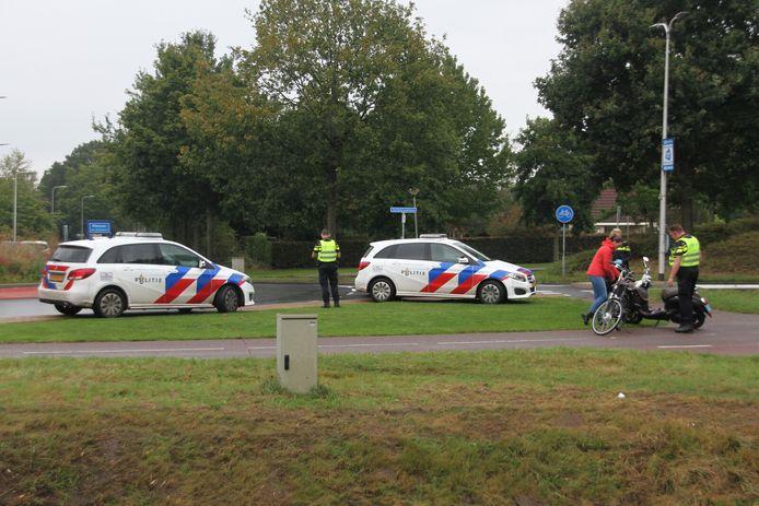 De bestuurster van een snorscooter is donderdagmiddag gewond geraakt bij een aanrijding met een fietsster in Nijverdal.
