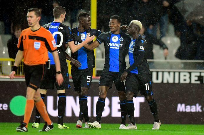 Vanaken, Kossounou en Diatta vieren de goals van Okereke (tweede van rechts).