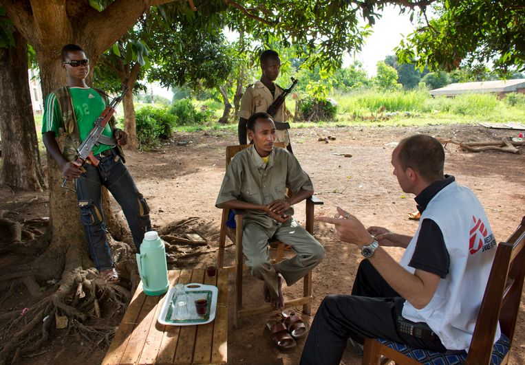 Een medewerker van Artsen zonder Grenzen onderhandelt met een rebellenleider in Batangafo, Centraal-Afrikaanse Republiek. Beeld Ton Koene