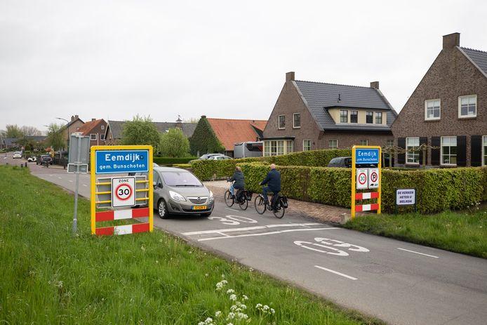 Op dit soort straten zonder voetpad moet volgens Peter van der Knaap een maximumsnelheid komen van 15 kilometer per uur.