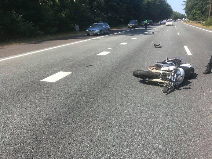 De motorrijder kwam ten val en raakte gewond.