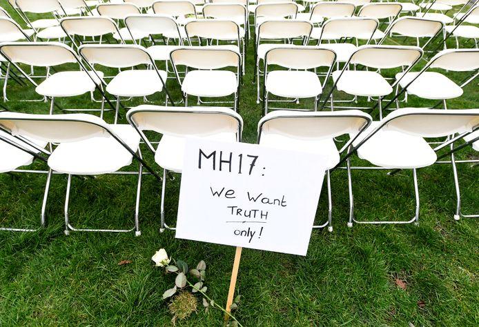 Tijdens een stil protest voor de Russische ambassade op 8 maart 2020 werden 298 stoelen neergezet. Volgens de initiatiefnemers zou Rusland het onderzoek naar de ramp doelbewust tegenwerken.