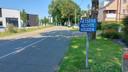 Fietsers die van het Centrum naar Achterbos fietsen, moeten op de Sint-Apollonialaan naast de voorbijrazende auto's rijden.