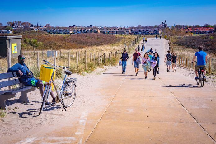 De hoeveelheid mensen valt dezer dagen wel mee op het strand en in de duinen, maar ze zijn lang niet allemaal even natuurvriendelijk.