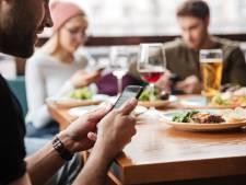 Met telefoon op tafel verveel je je sneller in een restaurant