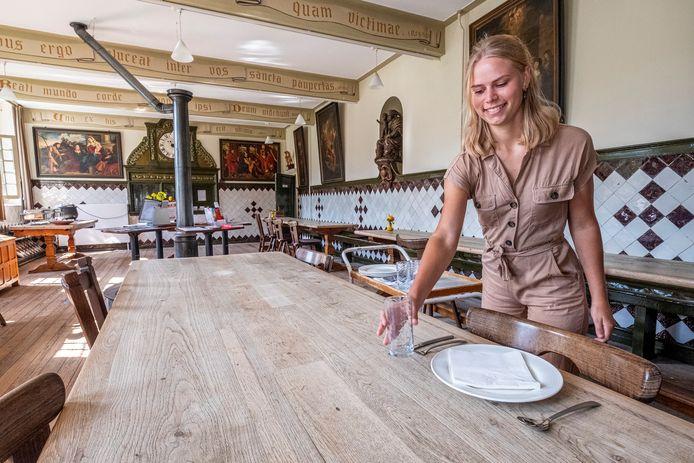 Lieke Vermeulen dekt de tafel voor de pelgrims en gasten die in het Emmausklooster in Velp verblijven.