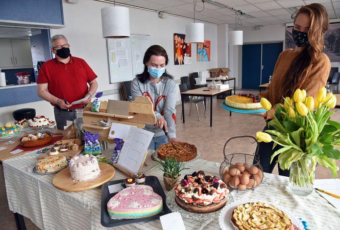 Juryleden Alex Eggermont, Nathalie Monsieur en Anke Willeme (vlnr) jureren de taart van Heel Terhole Bakt.