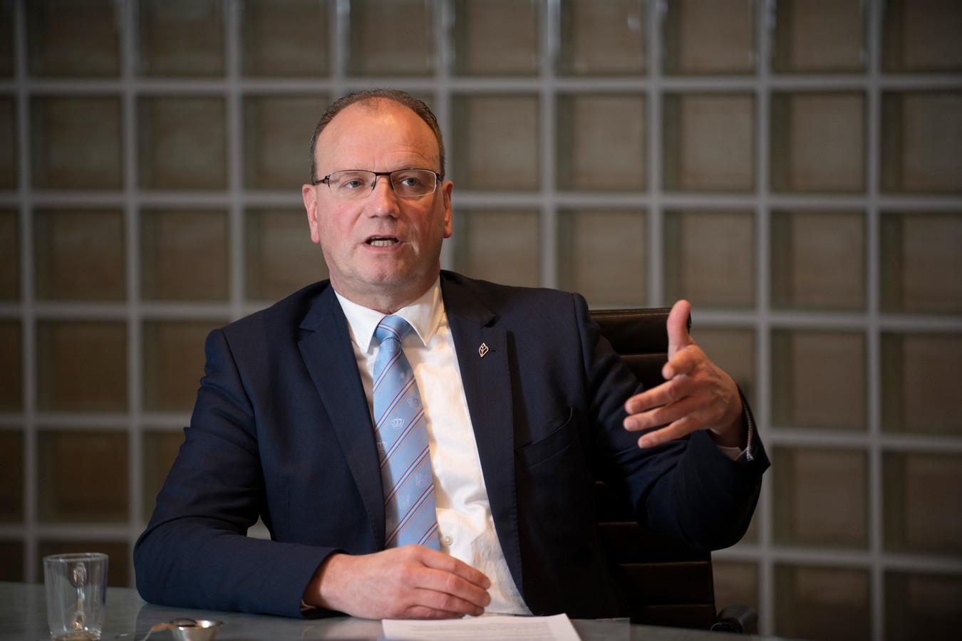Er zijn voor het EK meerdere scenario's uitgewerkt, zegt Heerts. Variërend van aankijken of het feest op natuurlijke wijze goed verloopt, tot het tot verboden gebied verklaren van de rotonde.