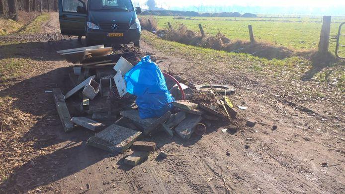 Grofvuil gedumpt aan de Horstvelderweg in het buitengebied van Enschede