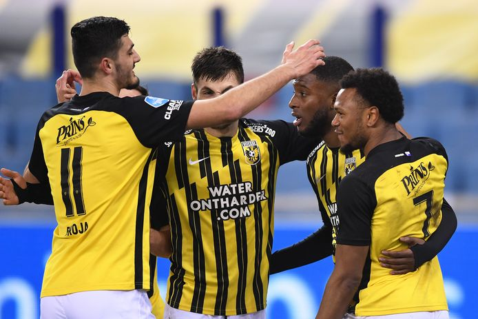 Vitesse viert de 2-1 van Riechedly Bazoer (tweede van rechts).