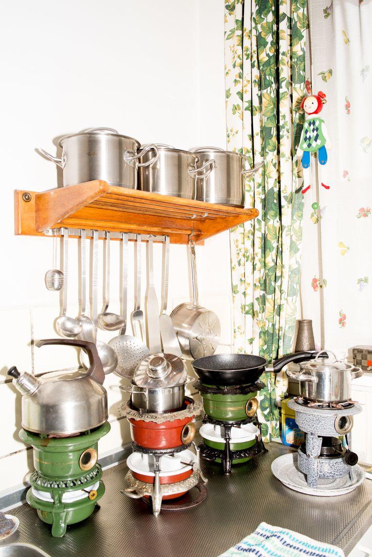 De keuken van Wil Osinga met vier pertroleumstellen.  Beeld Marjolein van Damme