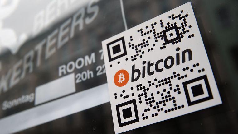 Een bitcoin-qr-code op de deur van een café. Beeld Getty Images